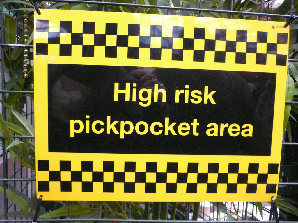 Pickpocket risk sign